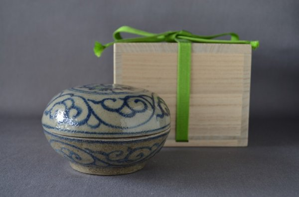 Photo1: Kougou with logo of VOC and arabesque pattern, Chinese porcelain (1)